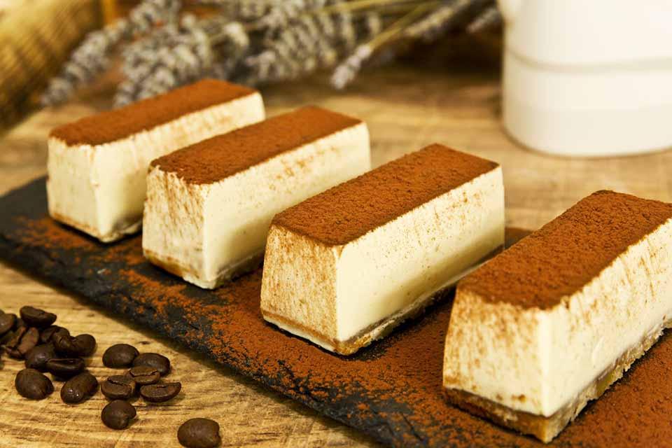 Mousse de queso gelificado de café y bizcocho de miel y nueces